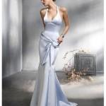 Boyundan askılı dekolteli beyaz abiye elbise modeli